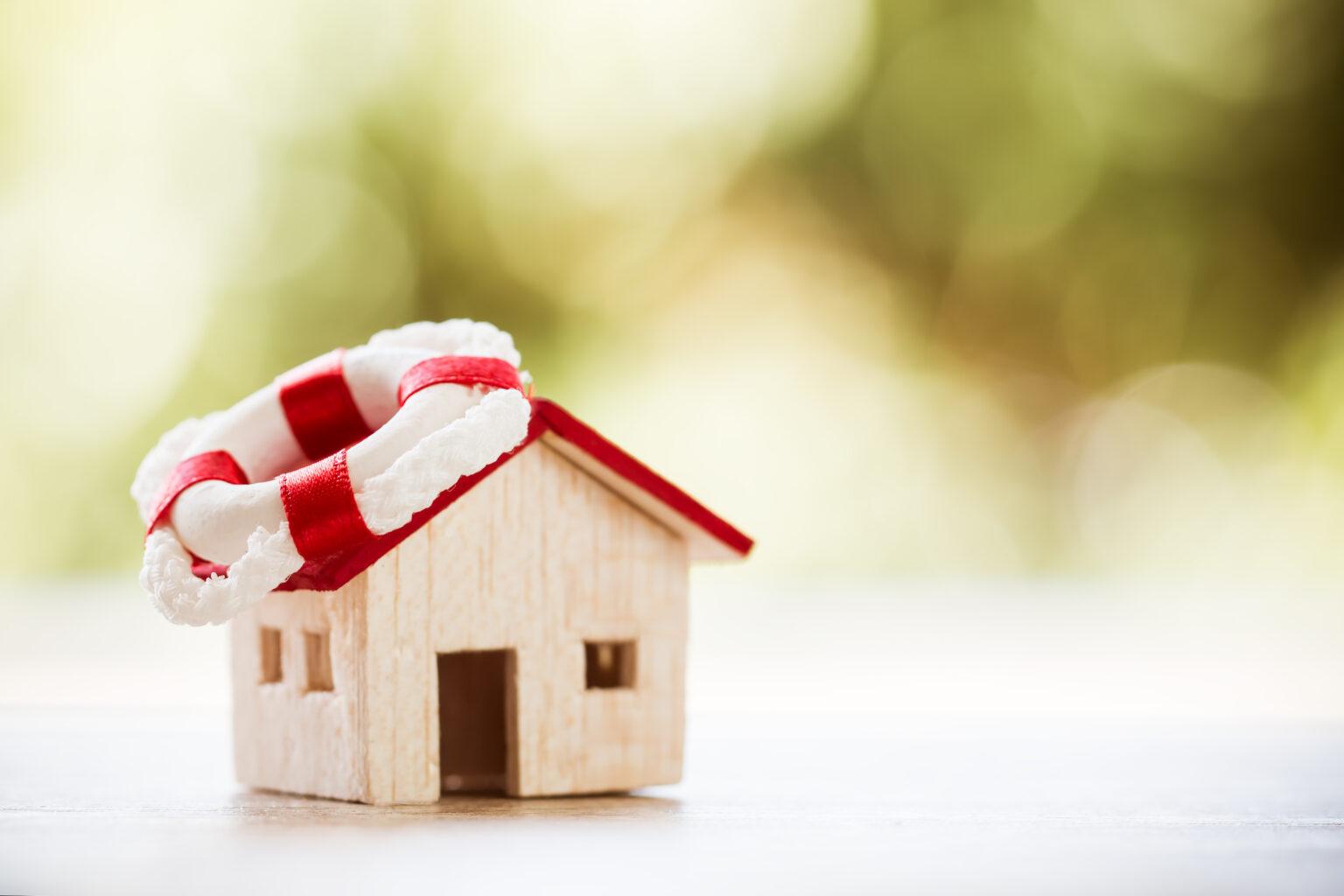 Ein kleines Haus mit einem Rettungsring